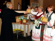 Estera Washofsky, Director of Philadelphia's Lithuanian-American dance club receives sakoti from Ilona Babinskienė